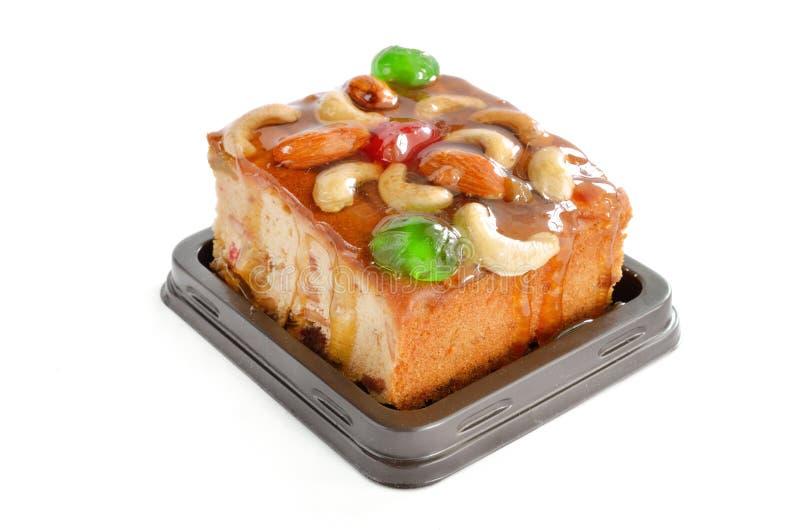 Gâteau de fruits avec la noix et les fruits secs de mélange photos stock