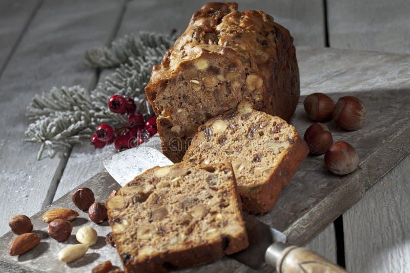 Gâteau de fruits secs de Noël avec des écrous et des décorations de Noël sur le conseil en bois images stock