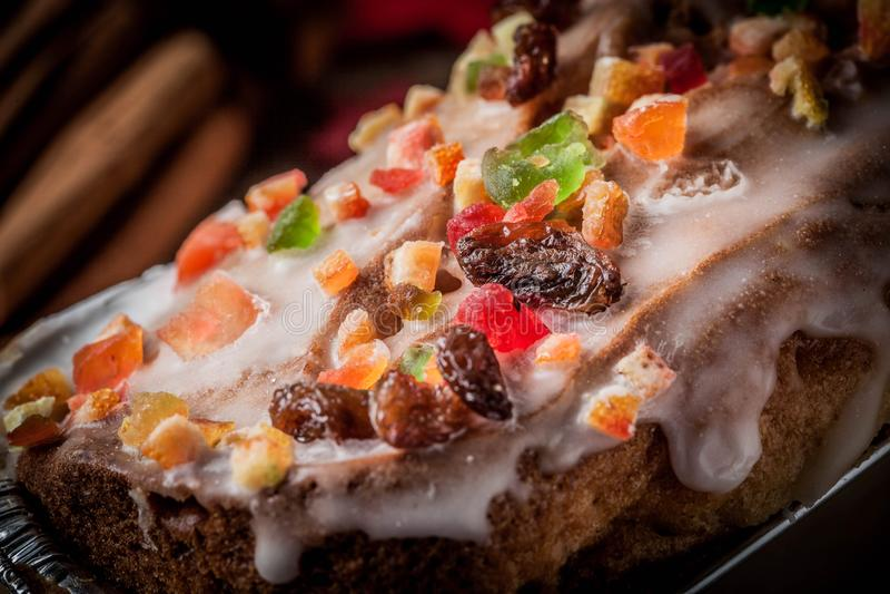 Gâteau de fruits secs fait maison de Noël sur le fond en bois photo stock