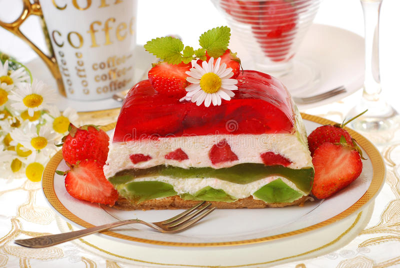 Gâteau de gelée de fraise et de kiwi photos stock