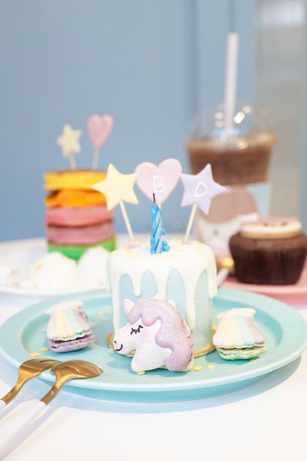 Gâteau de joyeux anniversaire avec des macarons de licorne et d'arc-en-ciel fée tal images stock