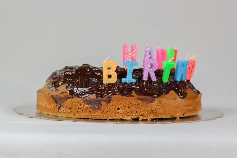 Gâteau de joyeux anniversaire avec des vacances rouges de nourriture de décoration de couleur bleue blanche de fond de couverture photographie stock libre de droits