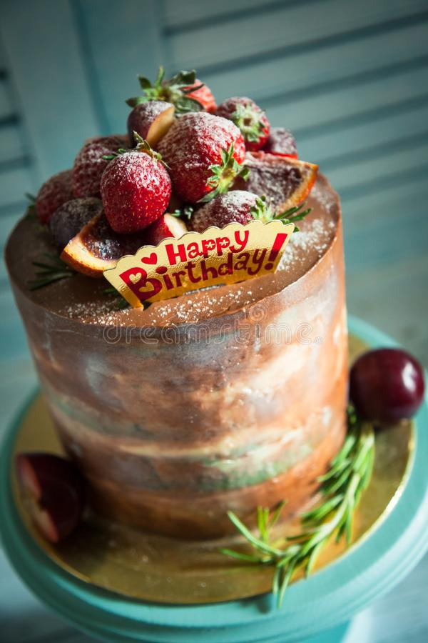 Gâteau de joyeux anniversaire avec la fraise photos libres de droits