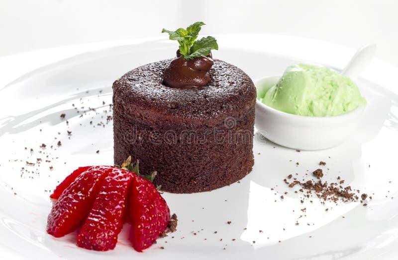 Gâteau de lave avec la fraise photos stock