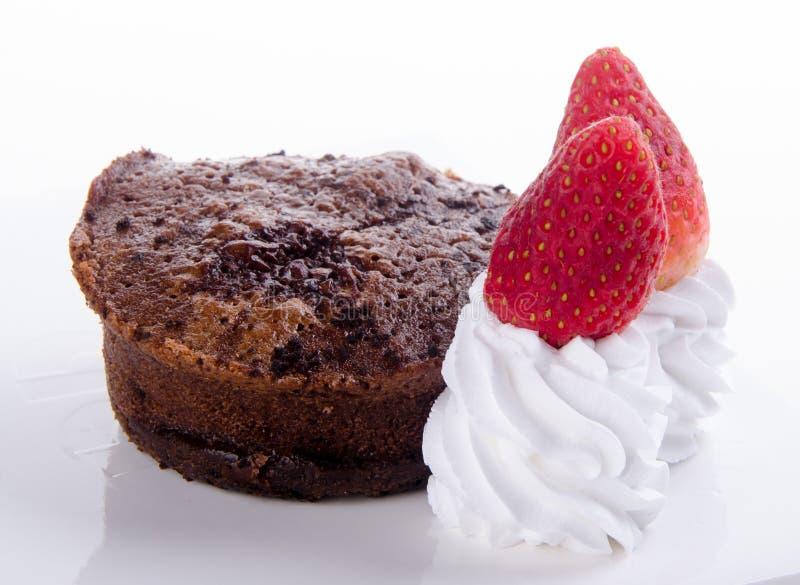 Gâteau de lave de fondant de chocolat avec des fraises photo stock
