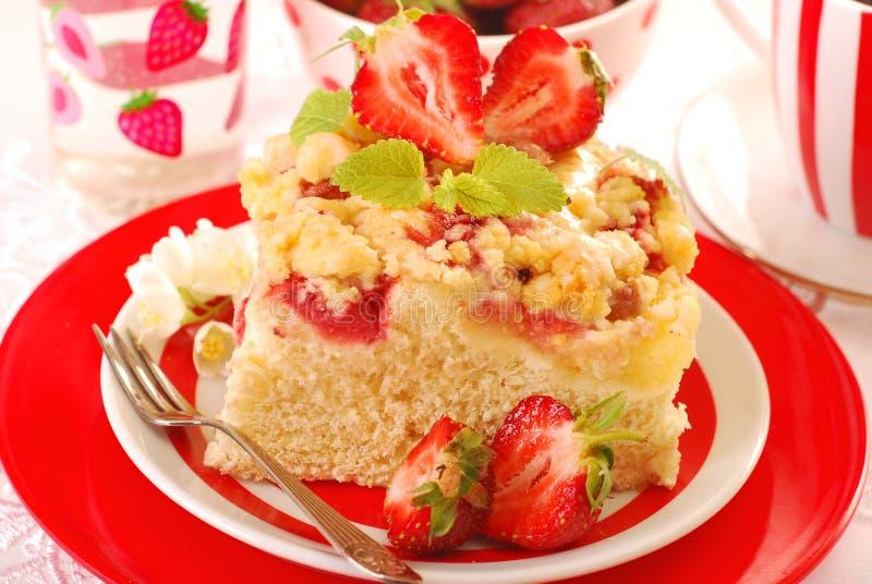 Gâteau de levure avec la fraise photo stock