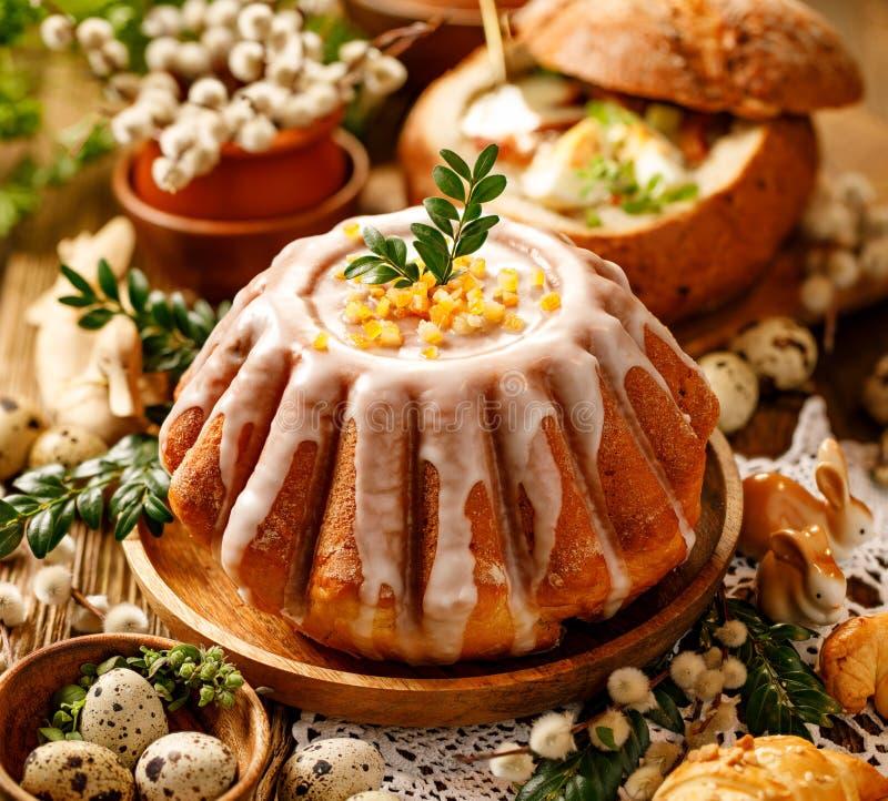Gâteau de levure de Pâques avec le glaçage et la peau d'orange glacée, dessert délicieux de Pâques photographie stock