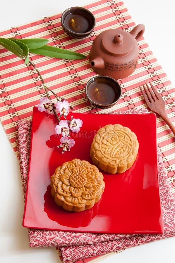 Gâteau de lune chinois avec du thé traditionnel photographie stock