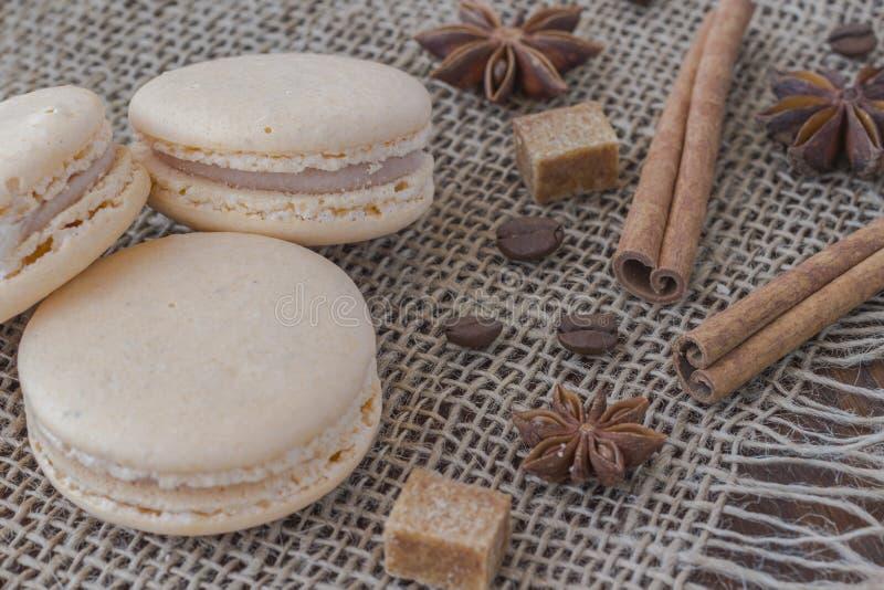 Gâteau de macaronis, anis d'étoile, bâtons de cannelle, cube en sucre et coffe photographie stock libre de droits