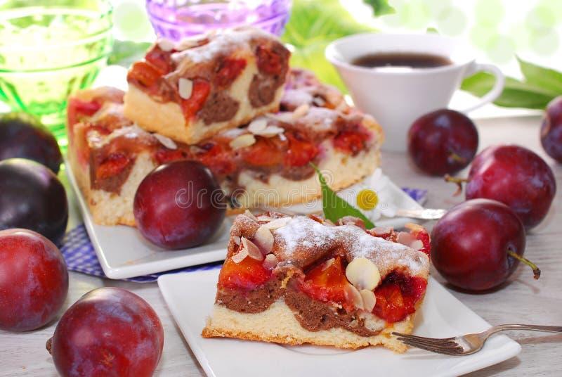 Gâteau de marbre avec des prunes et des amandes photo libre de droits