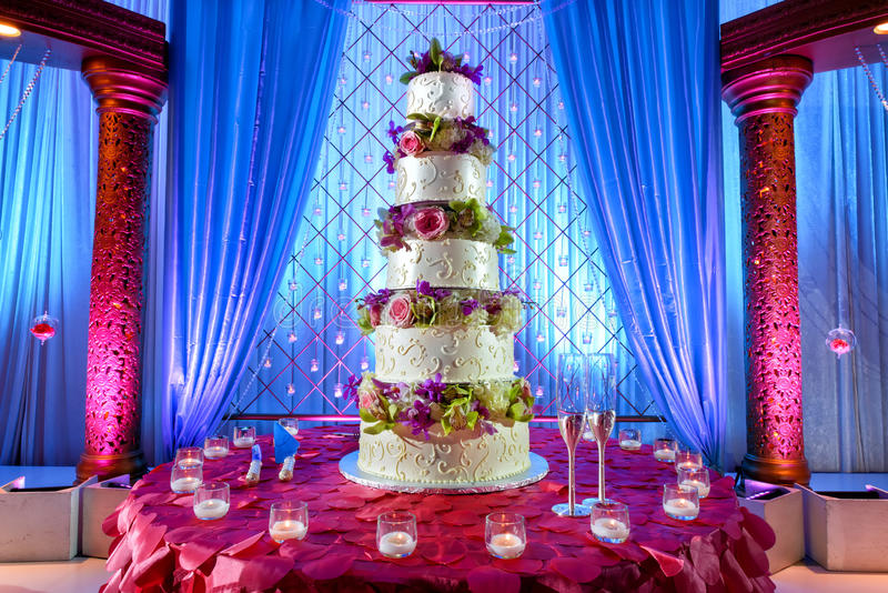 Gâteau de mariage au mariage indien images stock