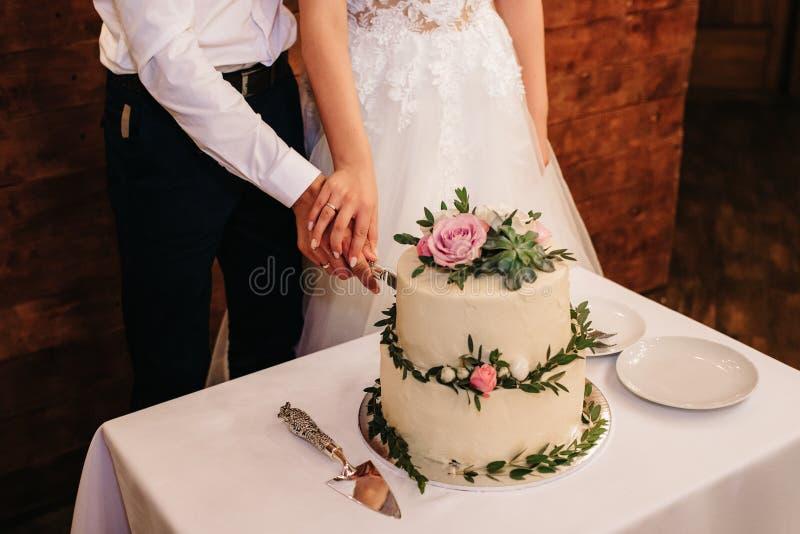Gâteau de mariage au mariage sur la table photographie stock