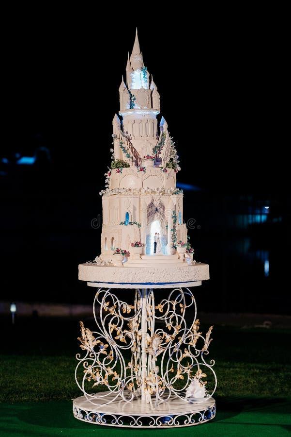Gâteau de mariage au mariage sur la table images stock