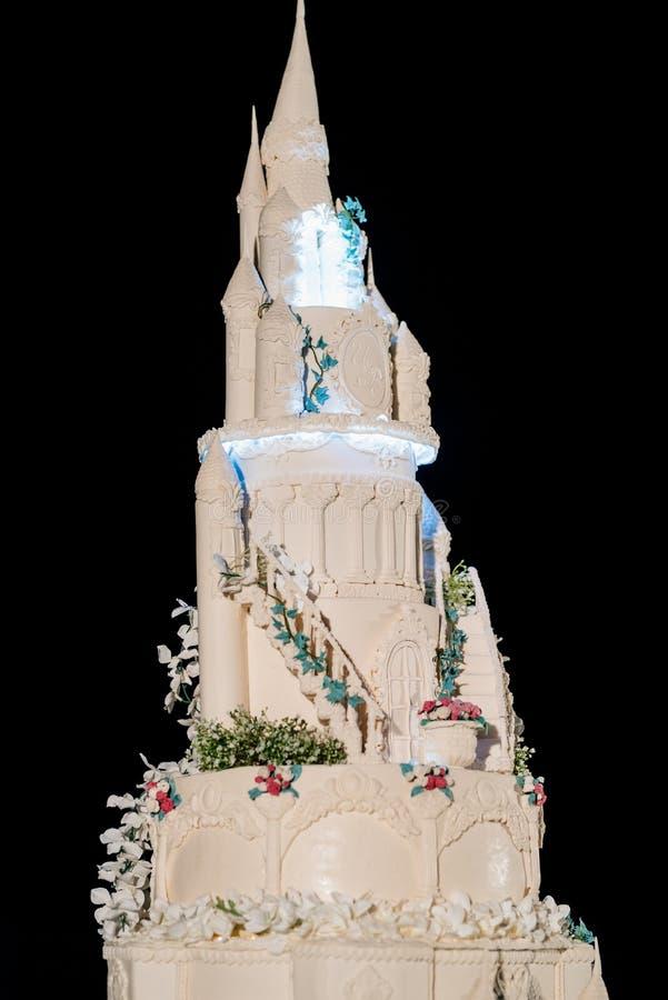 Gâteau de mariage au mariage sur la table photos stock