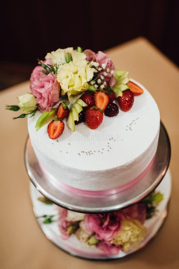 Gâteau de mariage au mariage sur la table photographie stock libre de droits