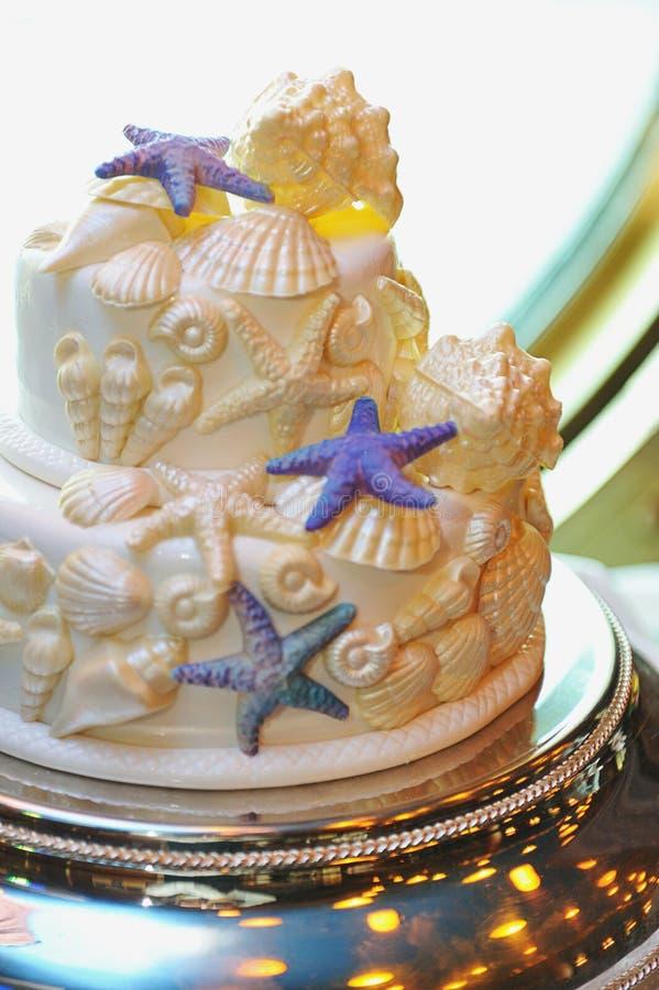 Gâteau de mariage avec des coquilles de mer photographie stock