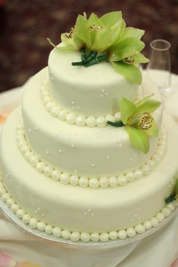 Gâteau de mariage avec des orchidées photos stock