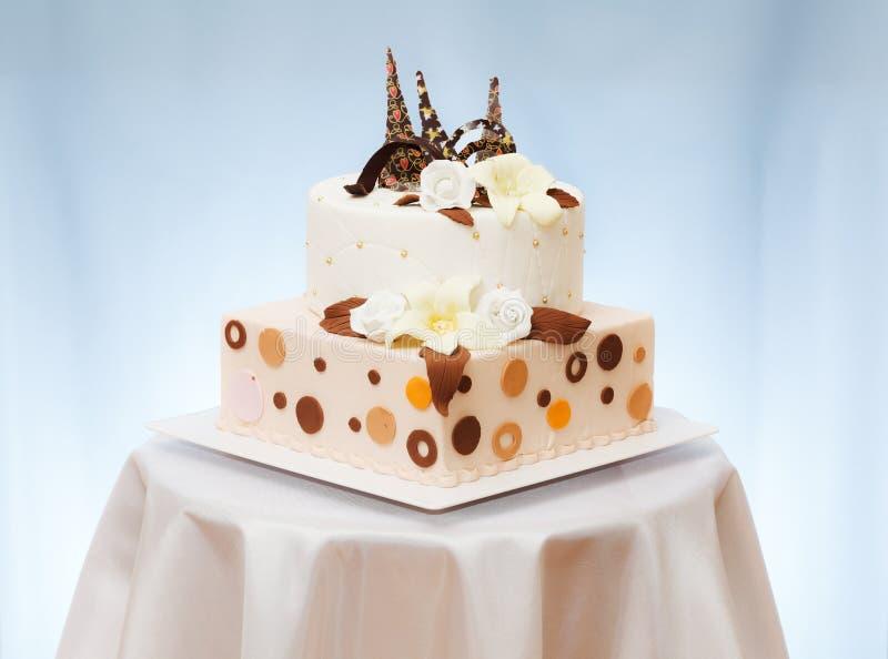 Gâteau de mariage avec la fleur photo libre de droits