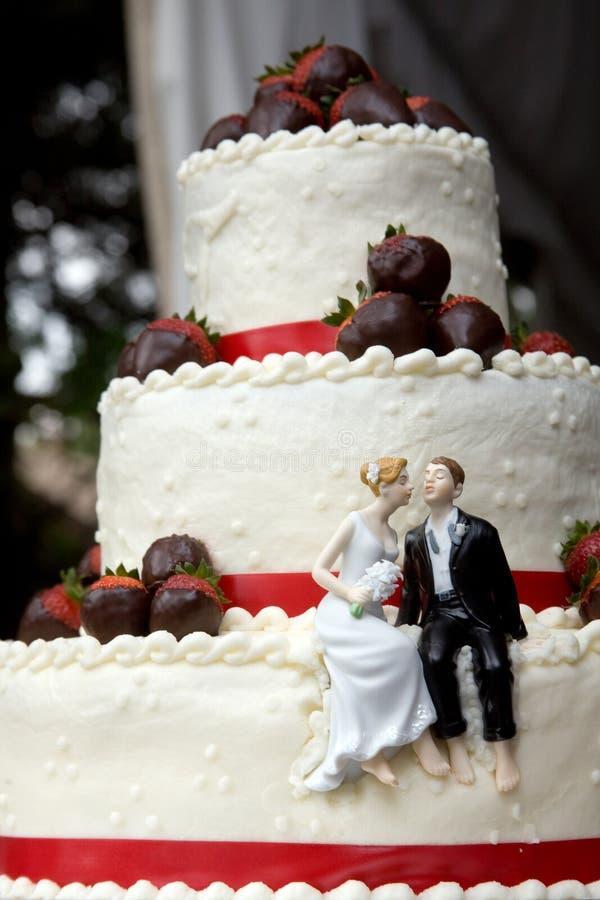 Gâteau de mariage avec la mariée et le marié photographie stock libre de droits