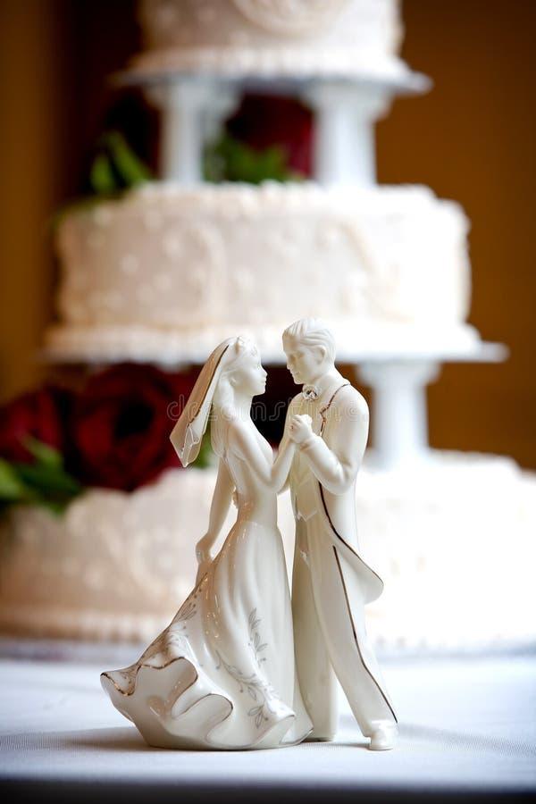 Gâteau de mariage avec la mariée et le marié photo libre de droits