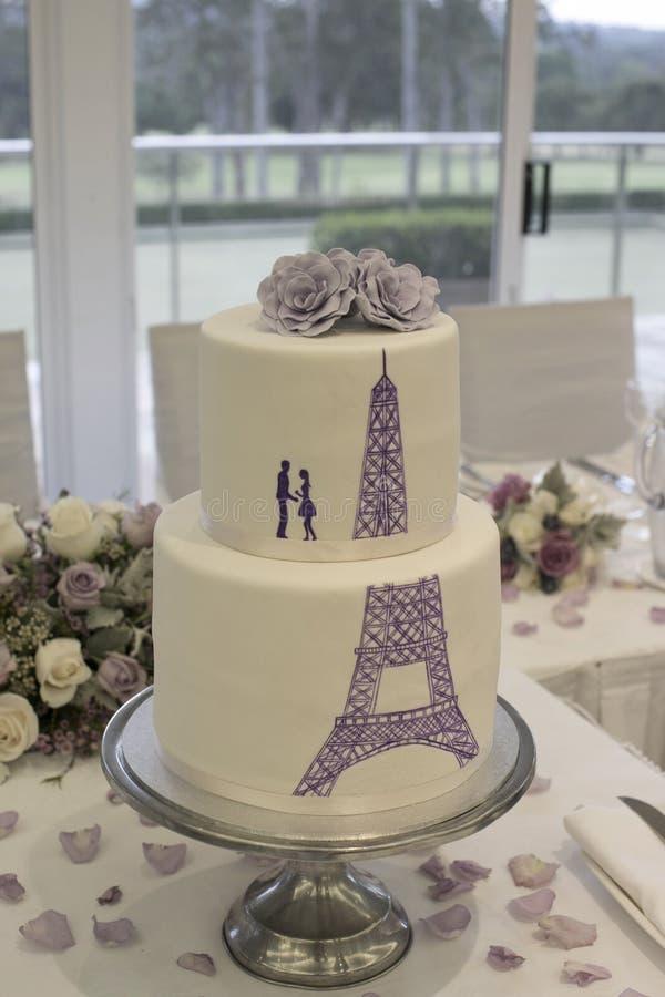 gâteau de mariage avec la silhouette d'un couple et de tour eiffel