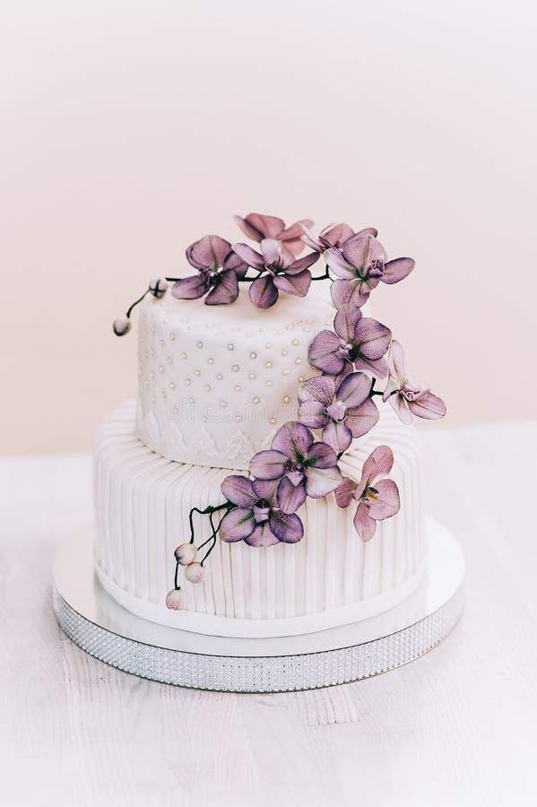 Gâteau de mariage avec la turquoise beige jaune de fleurs photo stock