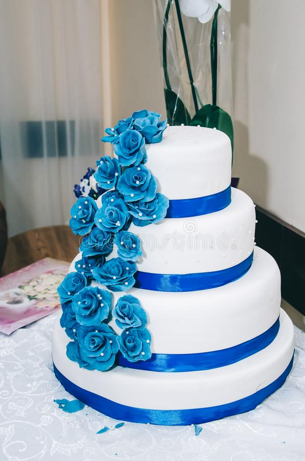 Gâteau de mariage avec le bleu beige jaune de fleurs image libre de droits