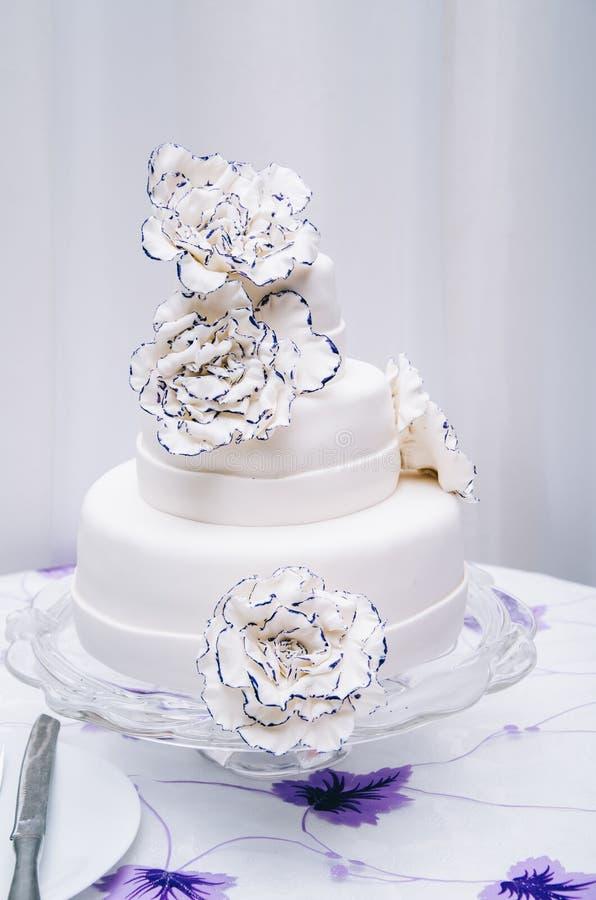 Gâteau de mariage avec le bleu de turquoise beige jaune de fleurs photo stock