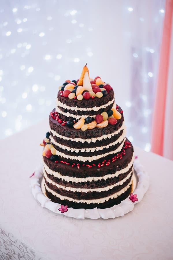 Gâteau de mariage avec le bleu de turquoise beige jaune de fruit photographie stock libre de droits