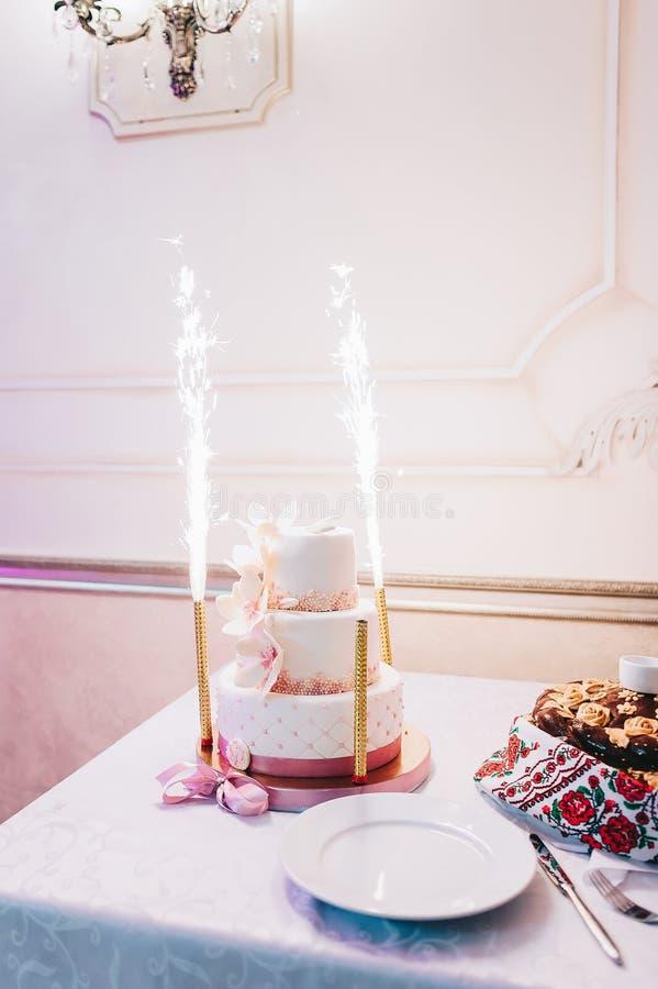 Gâteau de mariage avec le bleu de turquoise rouge beige jaune photos libres de droits
