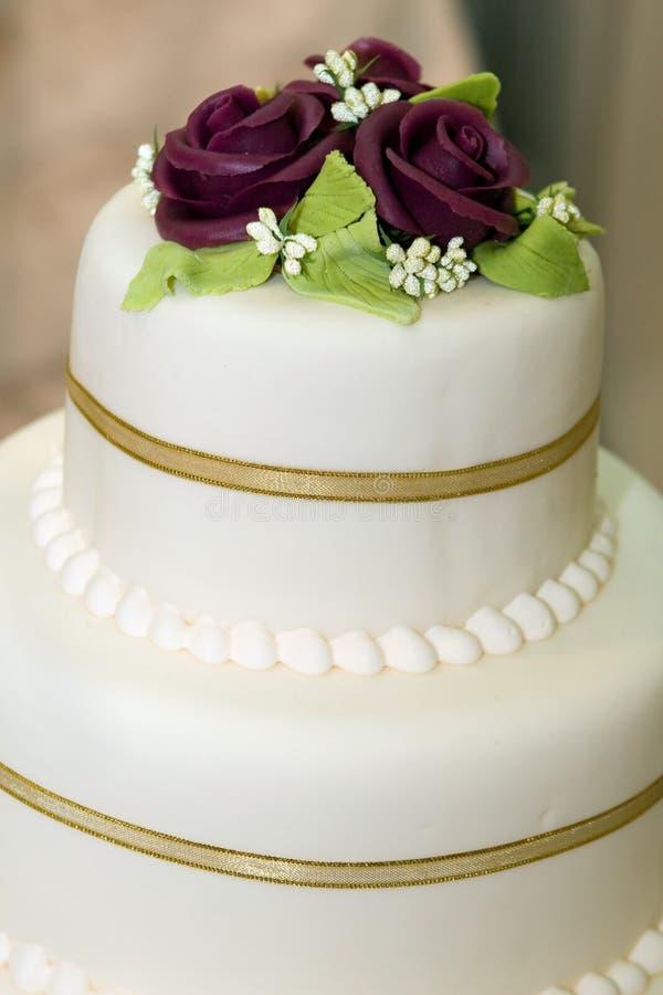 Gâteau de mariage avec le givrage blanc photographie stock libre de droits