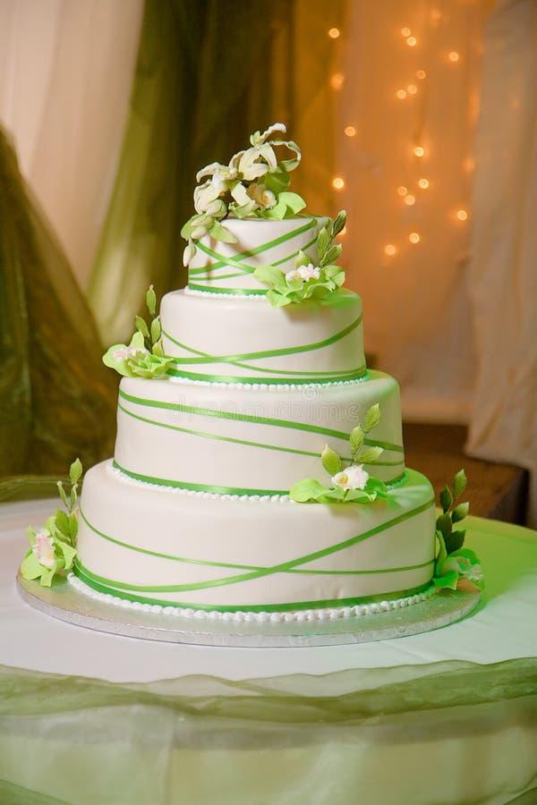 Gâteau de mariage avec les orchidées crèmes comestibles images stock