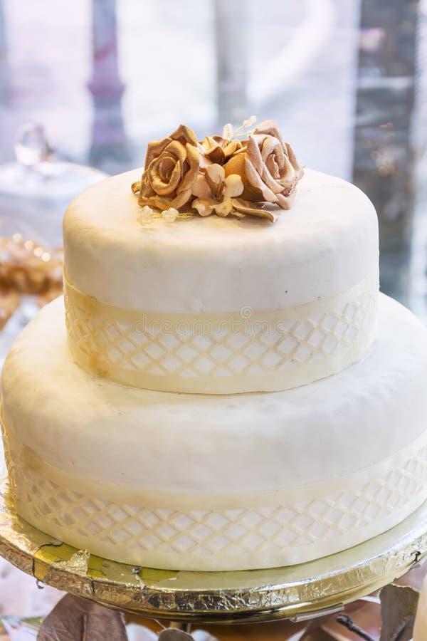 Gâteau de mariage avec les roses d'or photographie stock libre de droits