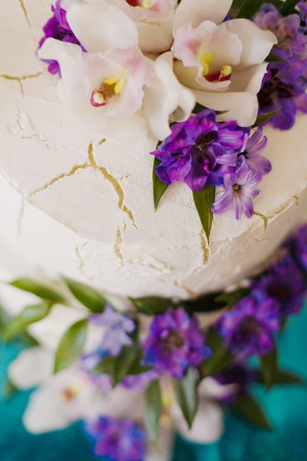 Gâteau de mariage blanc photos libres de droits