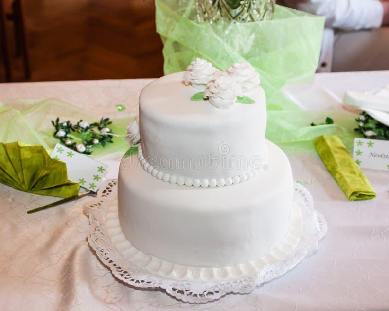 Gâteau de mariage blanc image libre de droits