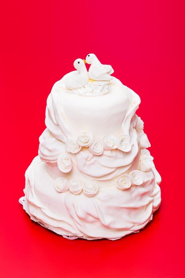 Gâteau de mariage blanc avec le haut de forme d'oiseau photo libre de droits