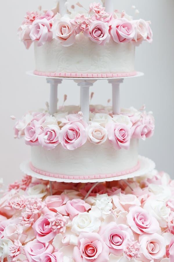 Gâteau de mariage délicieux décoré des roses photos stock