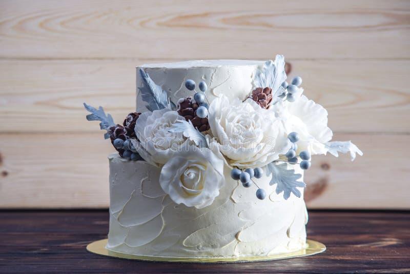 Gâteau de mariage blanc sensible de couchette décoré d'une conception originale utilisant des roses de mastic Concept des dessert photos libres de droits