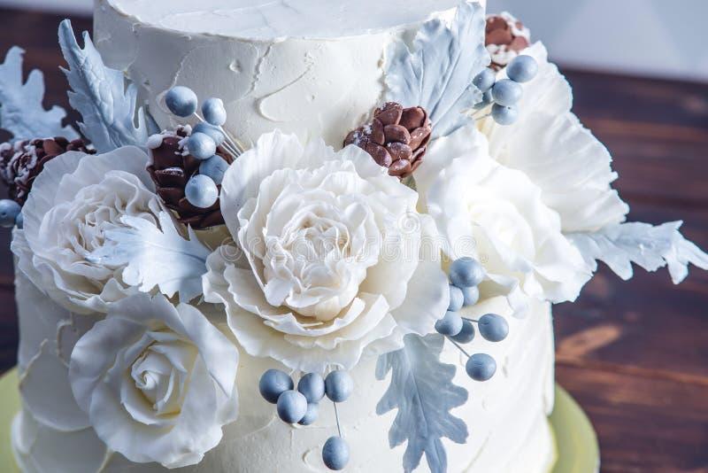 Gâteau de mariage blanc sensible de couchette décoré d'une conception originale utilisant des roses de mastic Concept des dessert photos stock