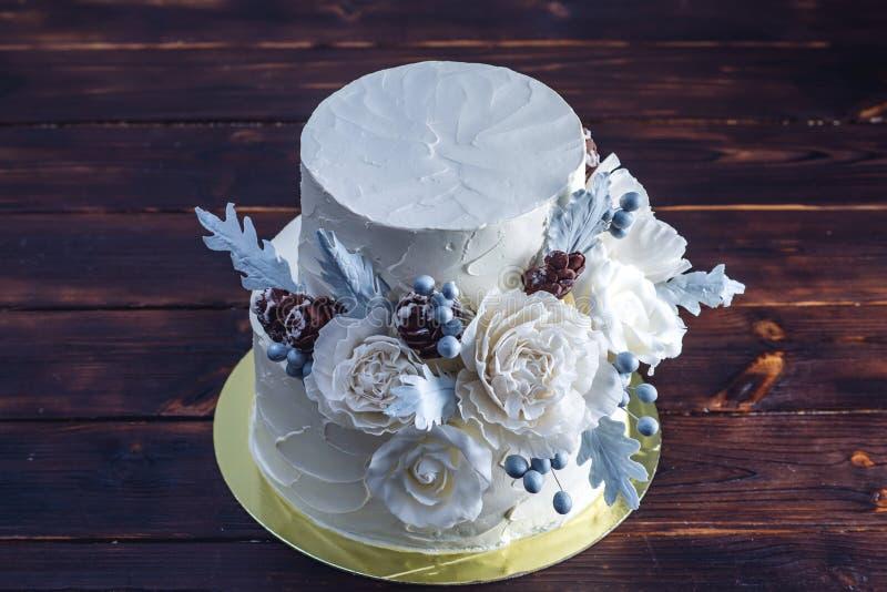 Gâteau de mariage blanc sensible de couchette décoré d'une conception originale utilisant des roses de mastic Concept des dessert image stock