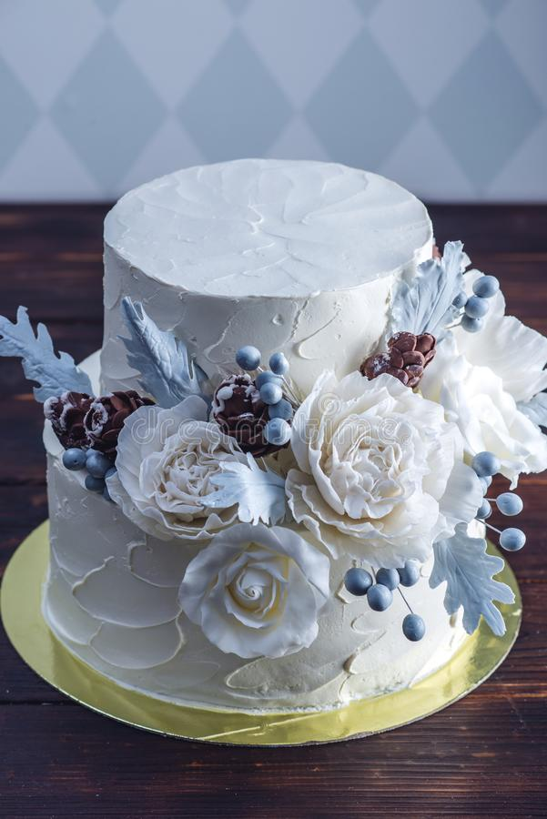 Gâteau de mariage blanc sensible de couchette décoré d'une conception originale utilisant des roses de mastic Concept des dessert photo stock