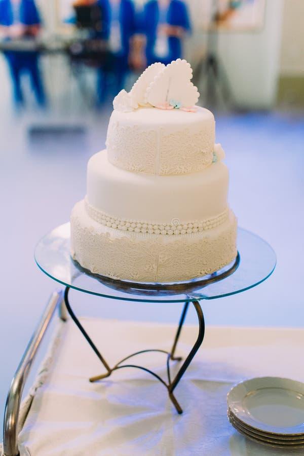 Gâteau de mariage délicieux décoré des fleurs blanches et des ornements photo libre de droits