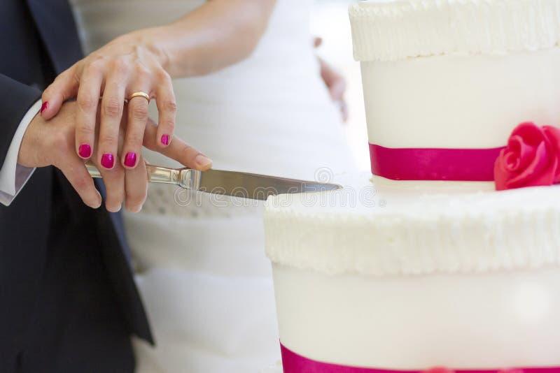 Gâteau de mariage de coupe de jeunes mariés photos libres de droits