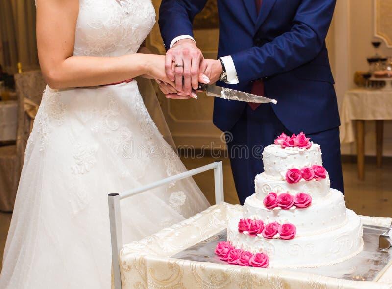 Gâteau de mariage de découpage de mariée et de marié photographie stock libre de droits