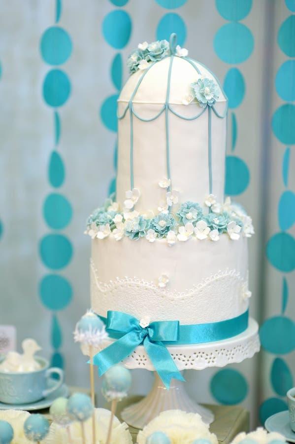 Gâteau de mariage de deux histoires photographie stock