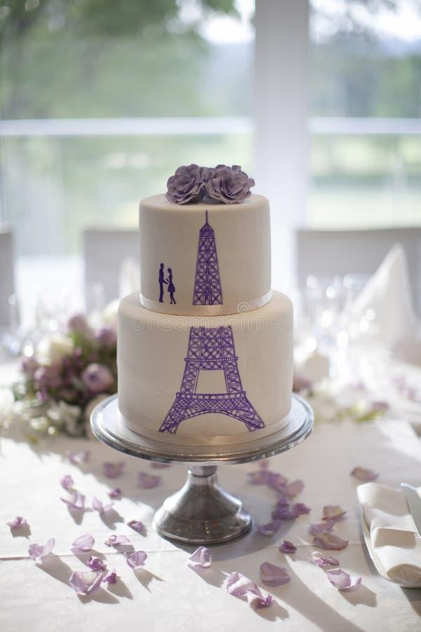 gâteau de mariage de tour eiffel en lavande image stock - image