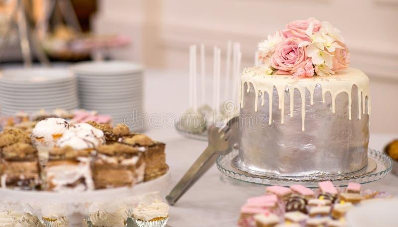 Gâteau de mariage et diverse nourriture douce sur une table photos libres de droits