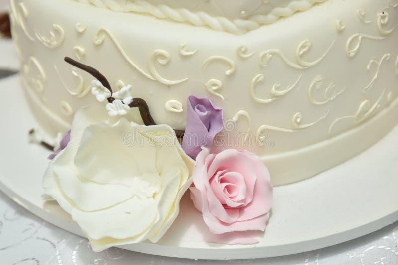 Gâteau de mariage de fleur images stock