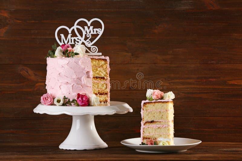 Gâteau de mariage lesbien découpé en tranches photographie stock libre de droits