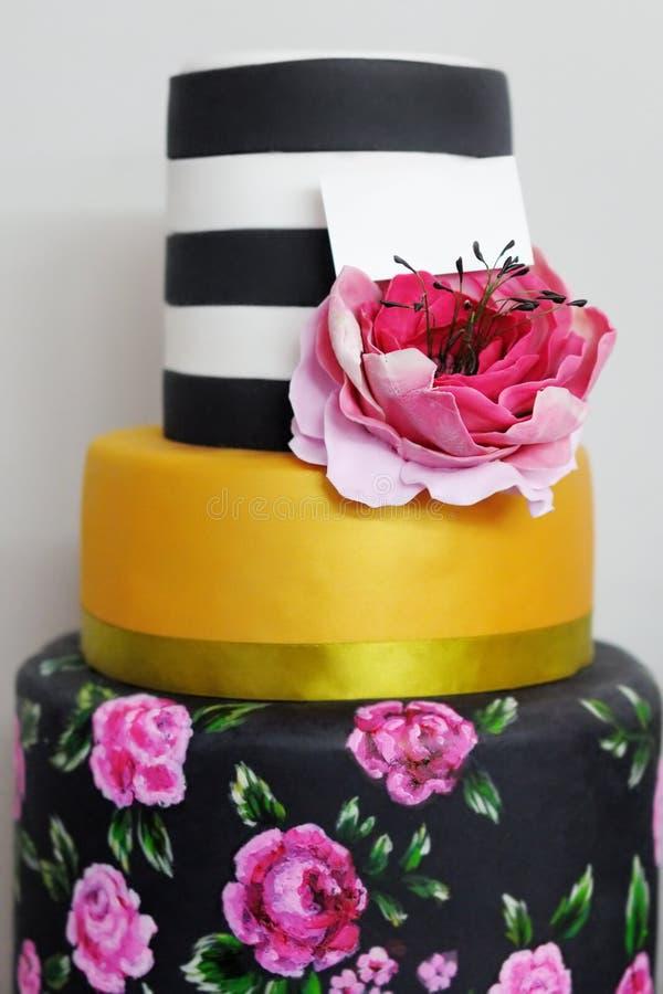 Gâteau de mariage multicolore délicieux images stock